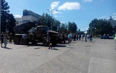 Сепаратисты выставили в центре Донецка поврежденную военную технику