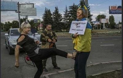 Милиция расследует избиение женщины с украинским флагом в Донецке