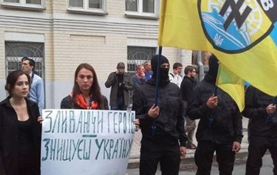Под АП митинг: требуют отправить подкрепление в Иловайск