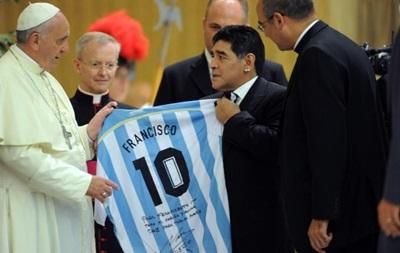 Диего Марадона подарил Папе Римскому именную футболку