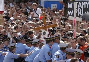 В Варшаве толпа попыталась не допустить переноса креста, установленного в память о смоленской трагедии