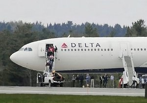 Аэробус совершил вынужденную посадку из-за пассажира, заявившего о взрывчатке в багаже