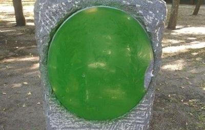 В Харькове закрасили зеленой краской памятный знак атаману Сирко