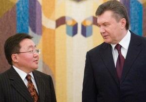 Президент Монголии наградил Януковича орденом Драгоценного жезла