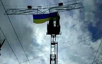 Активисты снова вывешивают украинские флаги в центре Харькова