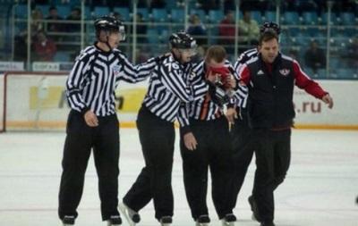 Арбитр во время хоккейного матча получил открытый перелом носа
