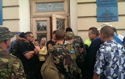 В Запорожье люди в камуфляже требуют роспуска горсовета и отставки мэра