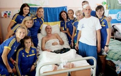 Футболистки сборной Украины проведали раненых солдат