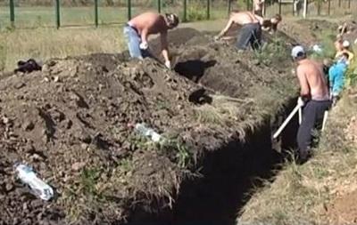 В Харьковской области активисты с самого утра копают окопы
