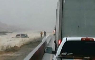 В США авто с пассажирами смыло в водопад