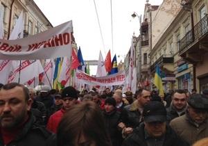 оппозиция - акция Вставай Украина! - Около 10 тысяч жителей Черновцов принимают участие в акции Вставай, Украина!