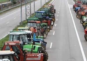 Греческие фермеры перекрыли основные автомагистрали, требуя от правительства субсидий