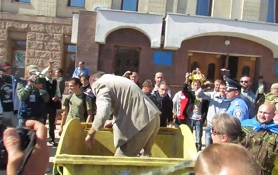 Deputat Bucket Challenge. В Тернополе и Кировограде чиновников засунули в мусорные баки