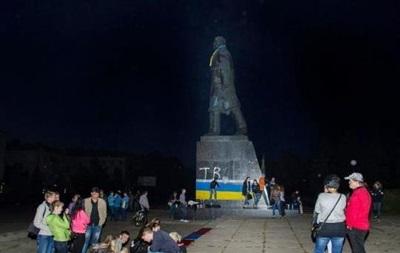 В Краматорске памятник Ленину разрисовали в сине-желтые цвета