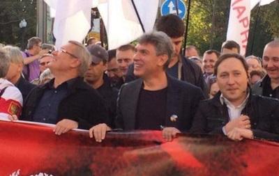 Лидеров оппозиции забросали яйцами на Марше мира в Москве