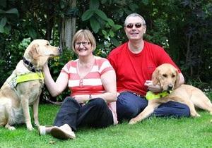 Новости Великобритании: Слепые британцы познакомились благодаря собакам поводырям