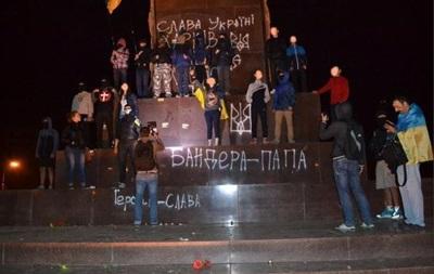 В Харькове разрисовали памятник Ленину
