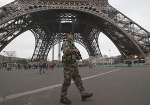 С Эйфелевой башни эвакуировали около 1500 человек из-за угрозы теракта