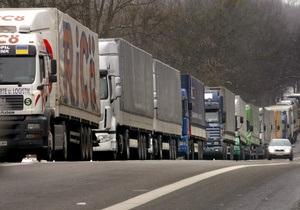 На границе Украины и России образовалась очередь из более чем 200 фур