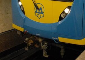 Работа зеленой ветки киевского метро была парализована из-за падения женщины на рельсы