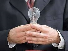 Британские депутаты утилизируют разбитые лампочки по инструкции
