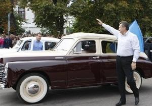 Янукович подарил Медведеву миниатюрную копию автомобиля Победа
