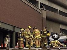 В Джакарте машина выпала с восьмого этажа