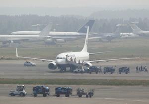 В московском аэропорту Домодедово пассажир два часа не выпускал людей и экипаж из самолета