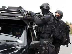 Полиция Новой Зеландии вторые сутки осаждает дом преступника, убившего полицейского