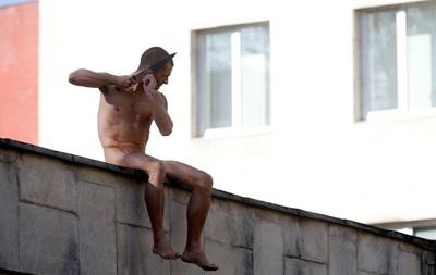 Российский художник Павленский отрезал себе мочку уха