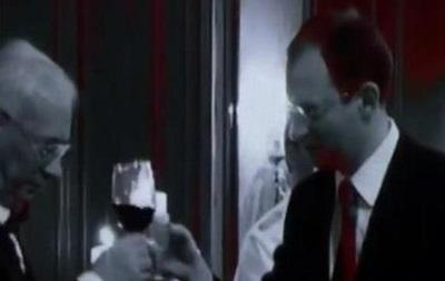 Видео, на котором Яценюк целует Азарова, набирает популярность в...