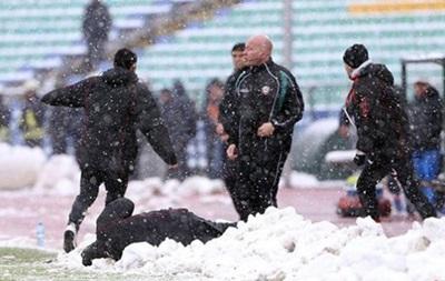 Тренер ЦСКА потерял сознание после меткого броска снежкой от фаната Левски (видео)