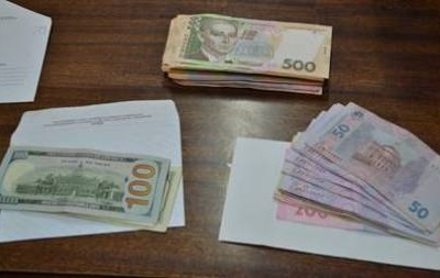 В Сумах задержали военкомов-взяточников с российским блокнотом