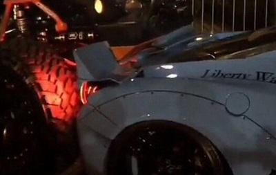 На американском автосалоне джип раздавил Ferrari