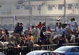 В центре Каира появились всадники на верблюдах и лошадях, вооруженные хлыстами и палками