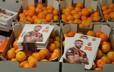 Оранжевое счастье: Капитан Шахтера передал детям Донецка 20 тонн мандаринов