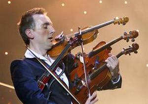 Украинец установил рекорд, сыграв одновременно на четырех скрипках