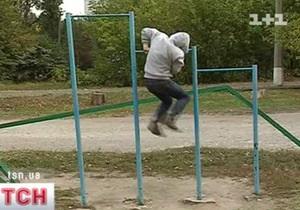 В Донецке во время подтягиваний на турнике умер школьник