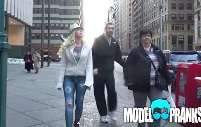 Американцы не заметили гулявшую по улицам обнаженную модель