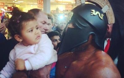 Бриггс на взвешивание Владимира Кличко явился в маске гладиатора