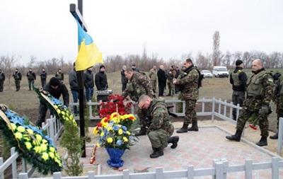 Погибшему под Славянском экипажу вертолета поставили памятный крест
