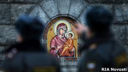 Километровые очереди стоят в Москве к поясу Богородицы