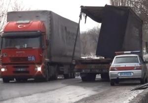 Новости Мариуполя - В Мариуполе на мосту из фуры выпали 19 тонн металлических труб