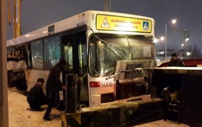 В Казахстане автобус с болельщиками столкнулся с бетономешалкой