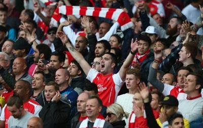 Фанаты Арсенала забросали скамейку запасных МЮ стаканами с вином