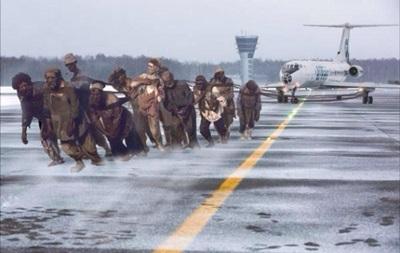 Сеть взорвали фотожабы на россиян, толкающих самолет в Игарке