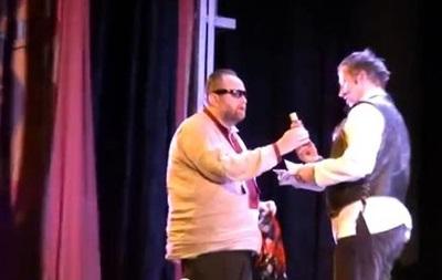 Охлобыстину на сцене вручили бутылку с кровью