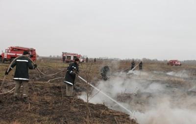 Спасатели уже вторые сутки гасят возгорание торфа на Черниговщине