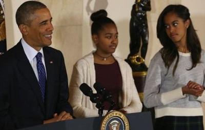 Дочерей Обамы обвинили в неуважении и безвкусице