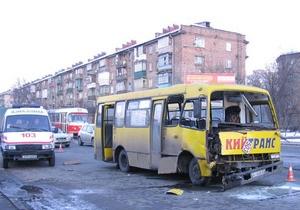 В Киеве маршрутка врезалась в припаркованный грузовик